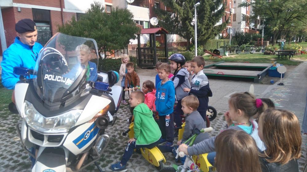 Povodom tjedna mobilnosti policajac na motoru posjetio djecu vrtića Sunce