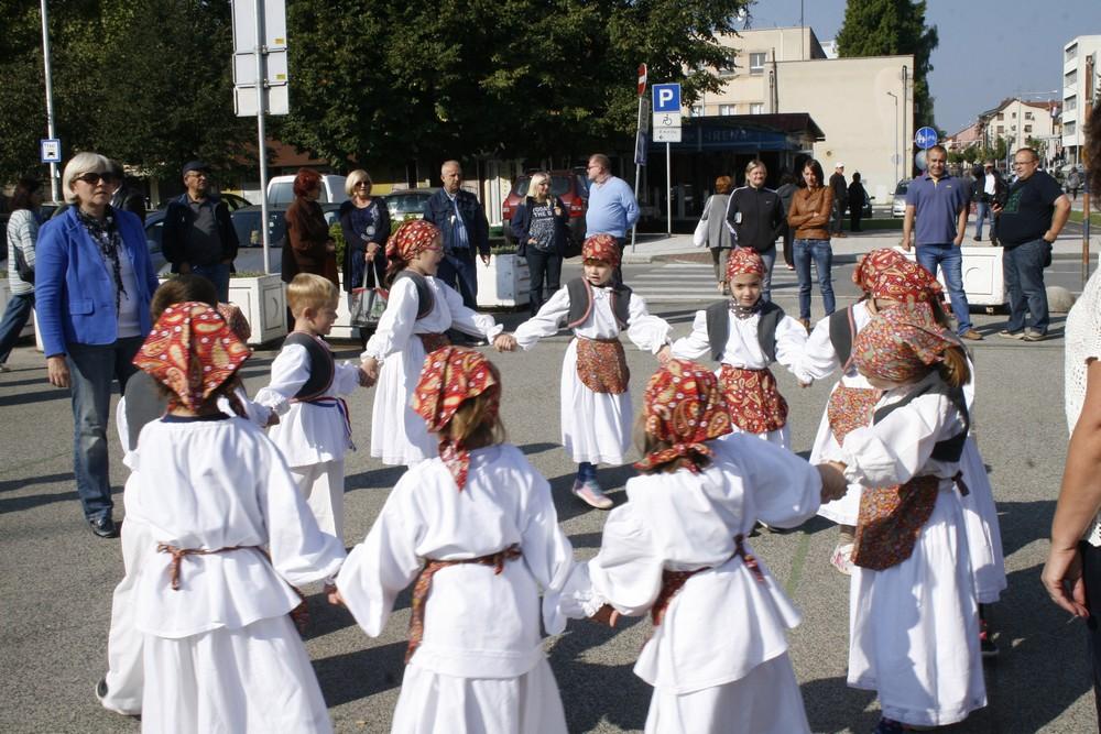 Folklorna igraonica Maslačak nastupila na Kontrobi
