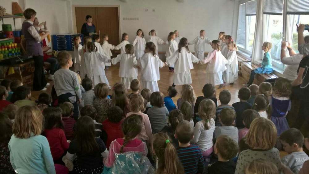 Kosjenka i folklorna skupina počastili prijatelje pjesmom i plesom za Valentinovo