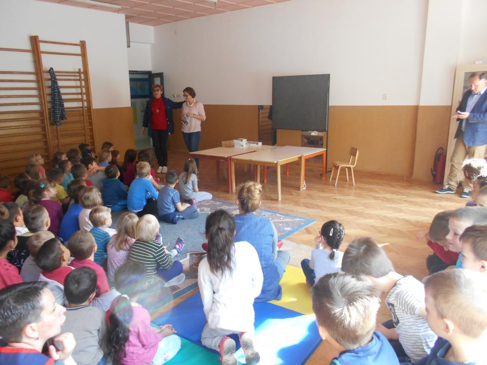 """Prezentacija i darivanje djece sa slikovnicom """"Lana i Nina u autobusu"""""""
