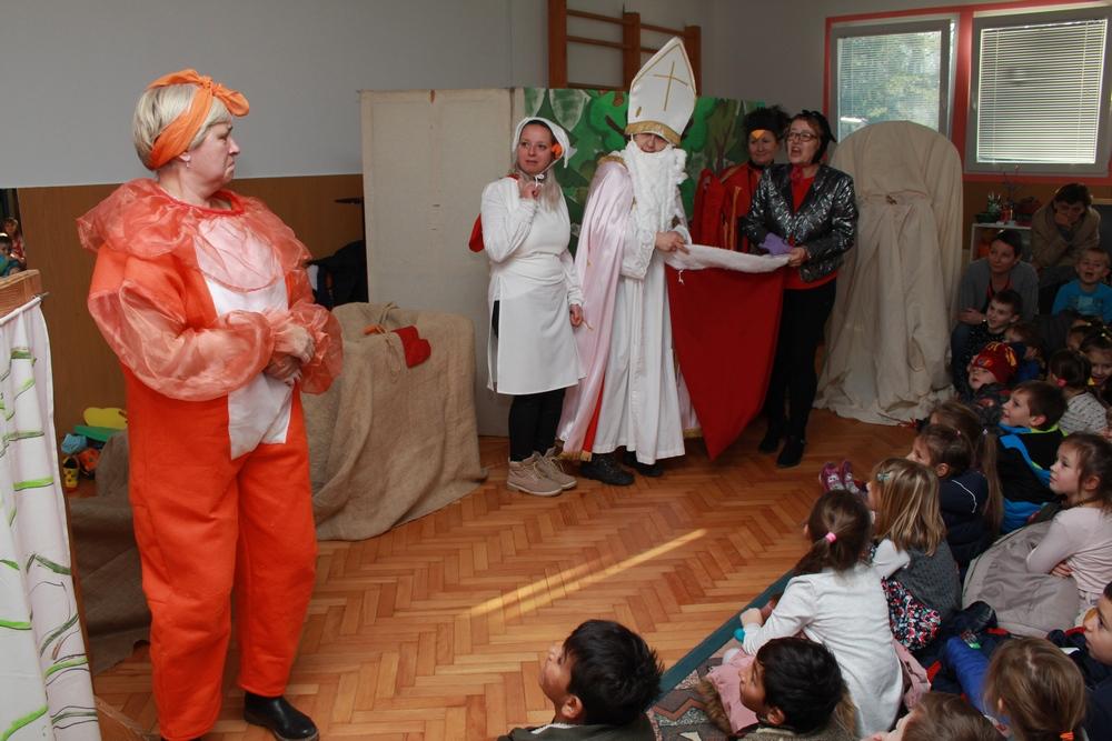 Uprizorena predstava Sveti Nikola u šumi