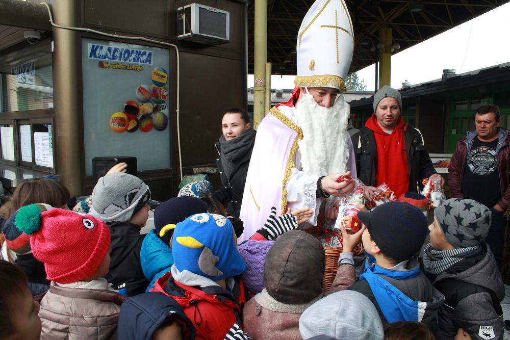 Sveti Nikola razveselio djecu na Gradskoj tržnici