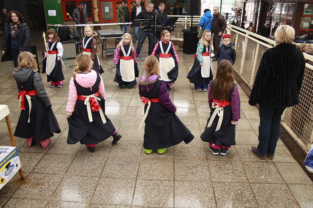 Kosjenka i folklorna igraonica Maslačak nastupili na tržnici povodom Dana žena